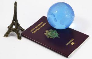 passeport et globe bleu