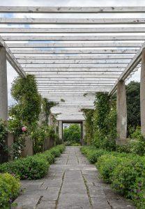 Le jardin Stern, créé par Jean Claude Nicolas Forestier, à Saint-Cloud (Hauts-de-Seine, France) : sous la pergola.